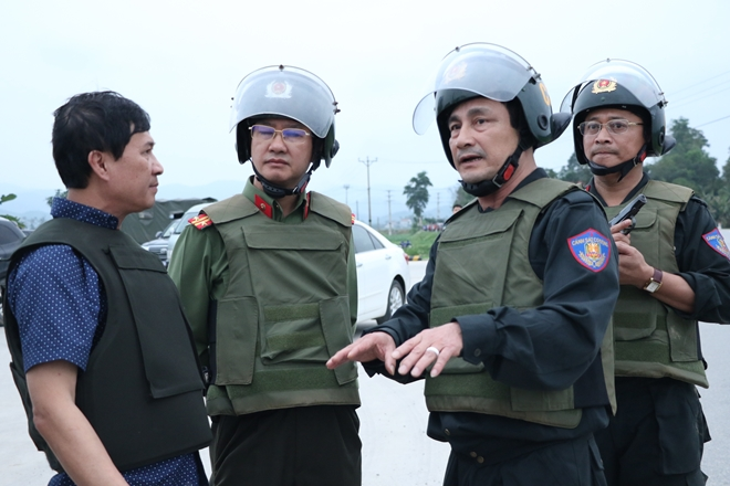 Leaders of the Ha Tinh Provincial Police Department discuss combat plans in the scene.