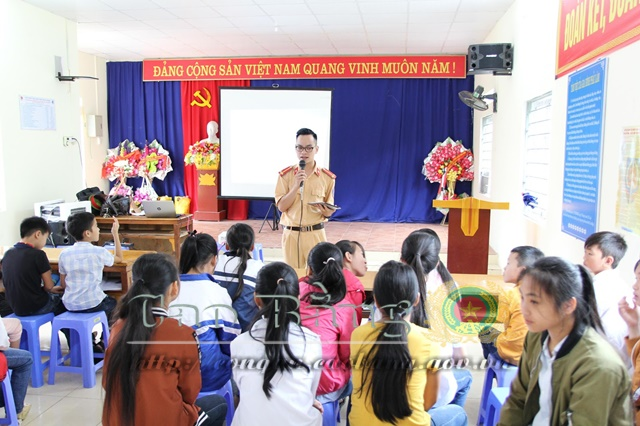Police officers instruct children in Chu Trinh commune to avoid sexual abuse and school violence, and observe traffic laws.