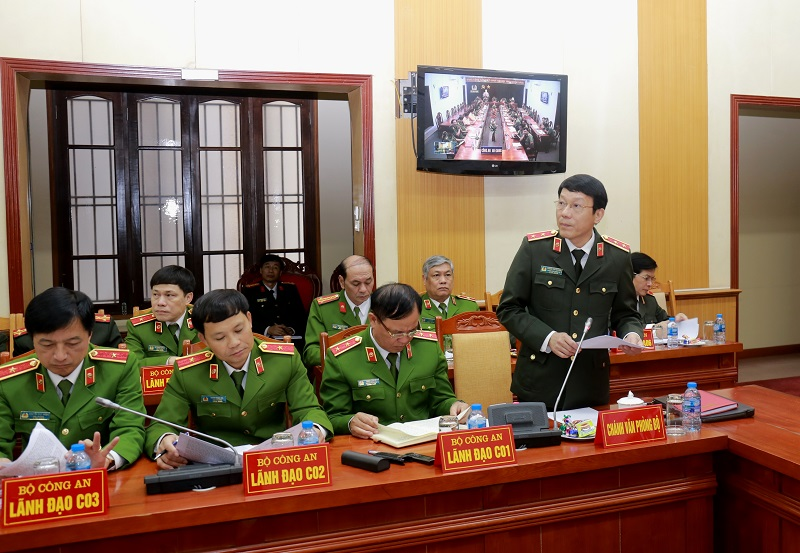 Lieutenant General Luong Tam Quang, Chief of MPS Office presents the brief report on nationwide security situation.