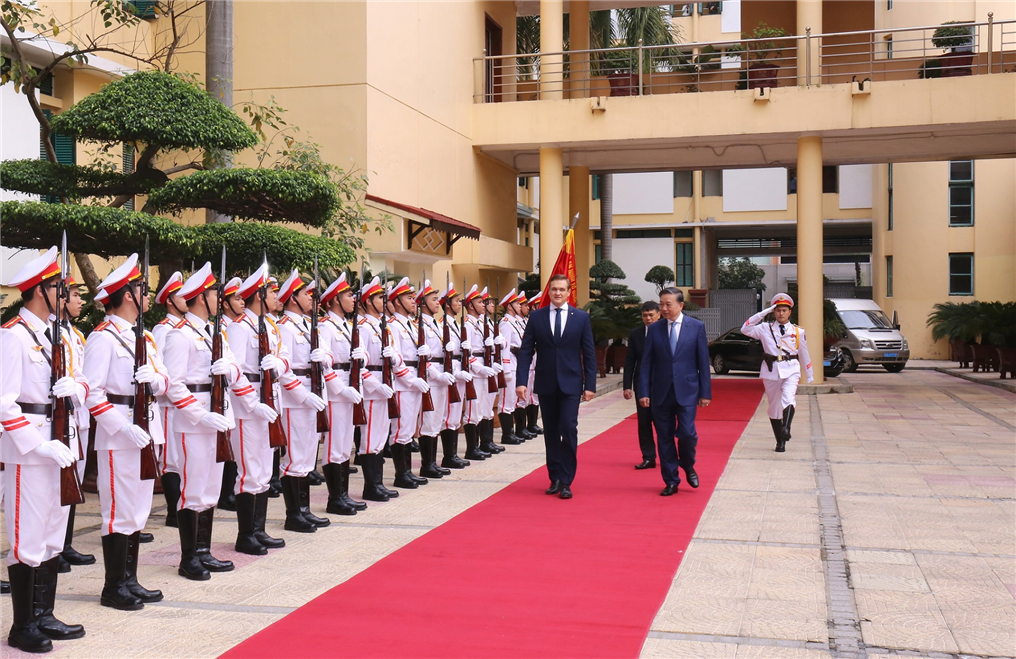 Minister To Lam and Mr. Eimutis Misiunas review the Guard of Honor of the Vietnamese MPS.
