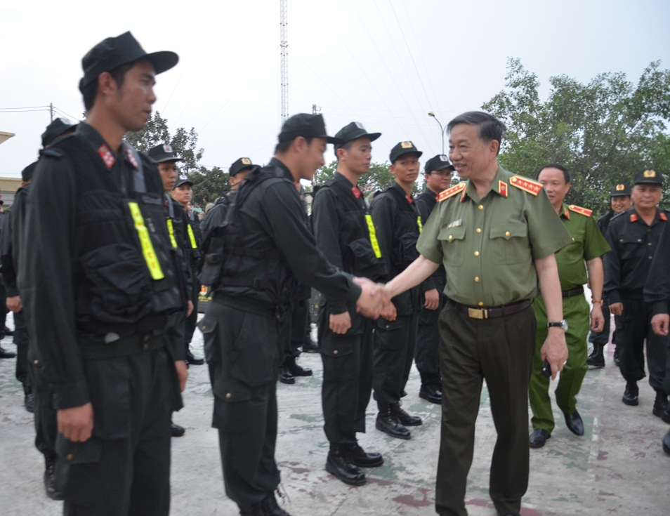 Minister To Lam checks combat readiness capability of the North-western Mobile Police Battalion.