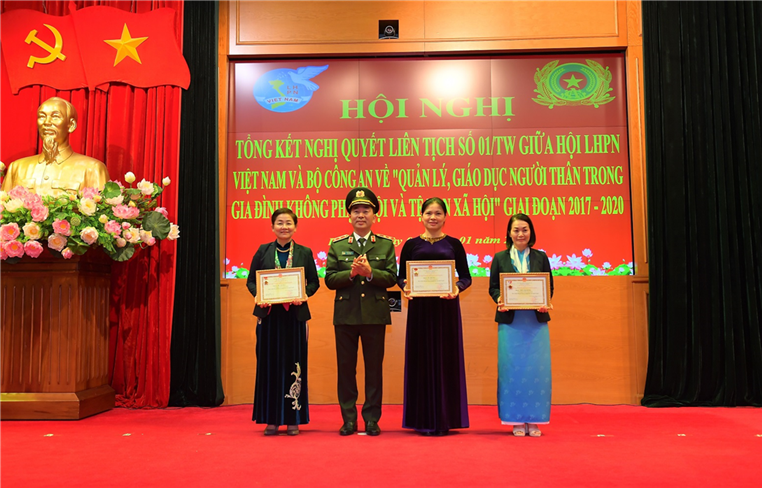 """Deputy Minister Tran Quoc To presents the Medal of """"National Security Protection"""" to leaders of the Vietnam Women's Union."""