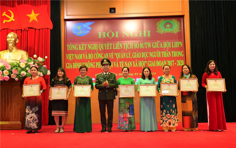 Deputy Minister Tran Quoc To presents Certificates of Merit to groups and individuals with excellent achievements.