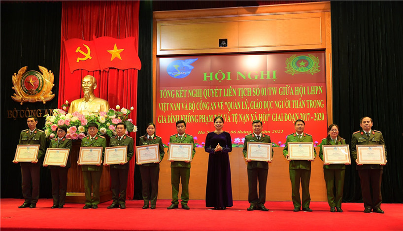 Ms. Ha Thi Nga, President of Vietnam Women's Union presents Certificates of Merit to groups and individuals with outstanding achievements.