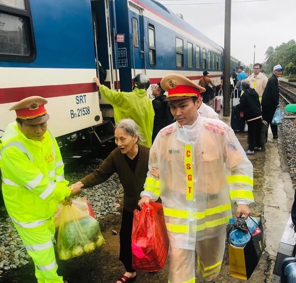 Traffic Police officers help passengers transferred from train to buses.