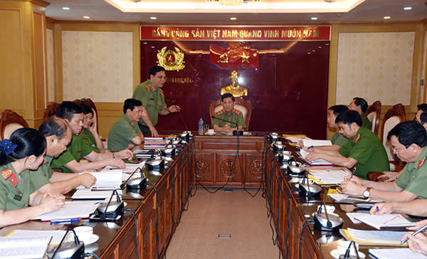 Major General Nguyen Hai Trung briefed the Deputy Minister on the unit's task performance in the first half of 2019.
