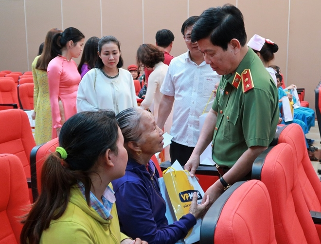 Deputy Minister Nguyen Van Son presents gifts to cancer patients in Danang