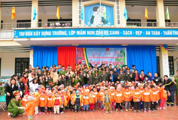 The volunteers present gifts to children at Na Giang Primary School, Phu Ngoc commune, Ha Quang District, Cao Bang.