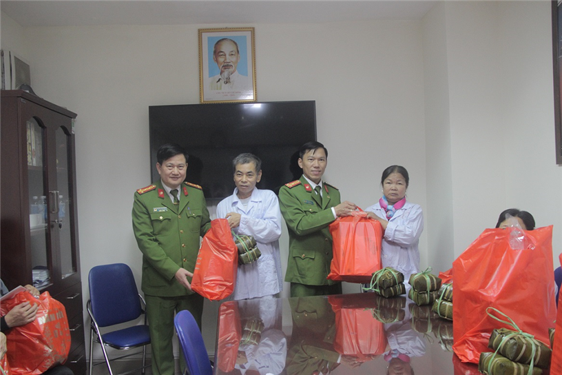 Mr. Vu Van Hung, Head of Regiment E30 presents gifts to patients at the National Institute of Hematology - Blood Transfusion.
