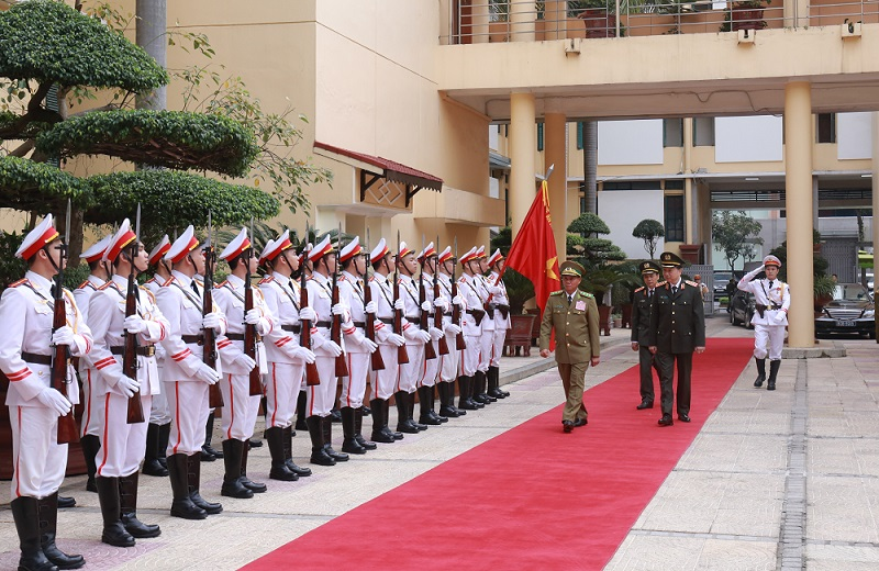 Minister To Lam and Minister Vilay Lakhamphong review the Guard of Honor of the People's Public Security Forces of Vietnam.