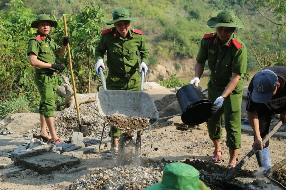 PPA officers and students help the local people build public projects in Muong Lat district, Thanh Hoa province.