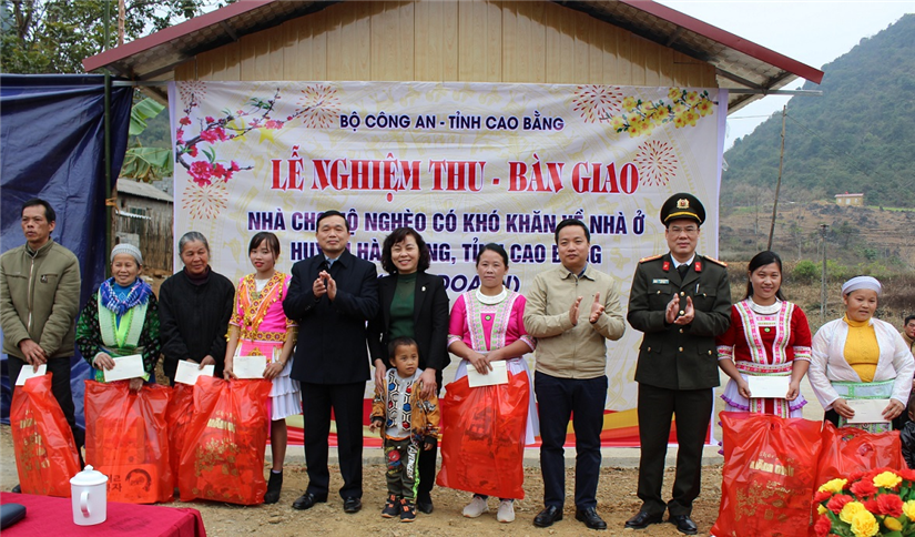 Gifts presented to families in Ma Lip village, Truong Ha commune.