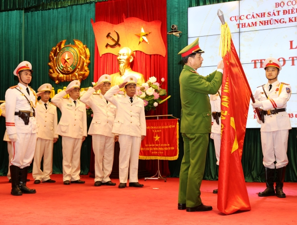 Under the authority of the President, Deputy Minister Nguyen Duy Ngoc presents the Second-class National Protection Medal to one unit under the Police Department for Economic Crimes.