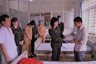 The local policewomen present gifts to relatives of patients being treated at the hospital.