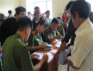 Police officers support local people in completing documents for issuance of ID cards.