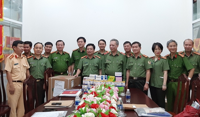 The Health Department presents the Khanh Hoa Provincial Police Department with an amount of medicine and equipment with a total value of nearly 100 million VND.
