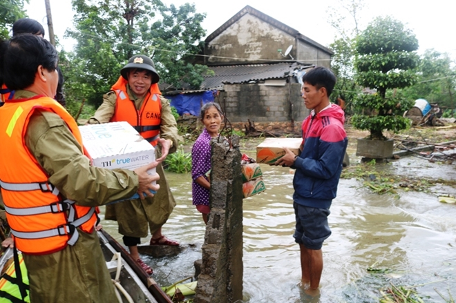 Sn. Col. Nguyen Tien Nam, Director of the Quang Binh Provincial Police Department delivered the relief goods to victims.