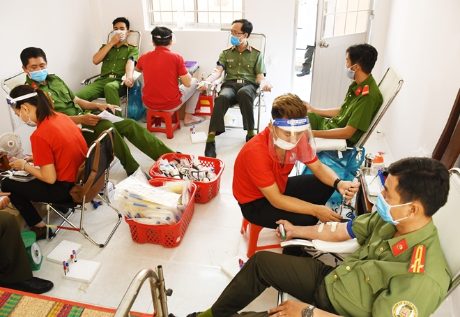 Tra Vinh police officers voluntarily donate blood.