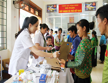 Doctors of Lao Cai Provincial Police offer free medicines to people of Nam Chay.