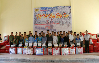 Voluntary team present gifts to poor people of Nam Chay.