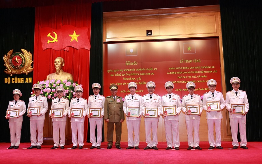 Mr. Vilay Lakhamphong presents Friendship Orders to leaders of the Ministry of Public Security of Vietnam.