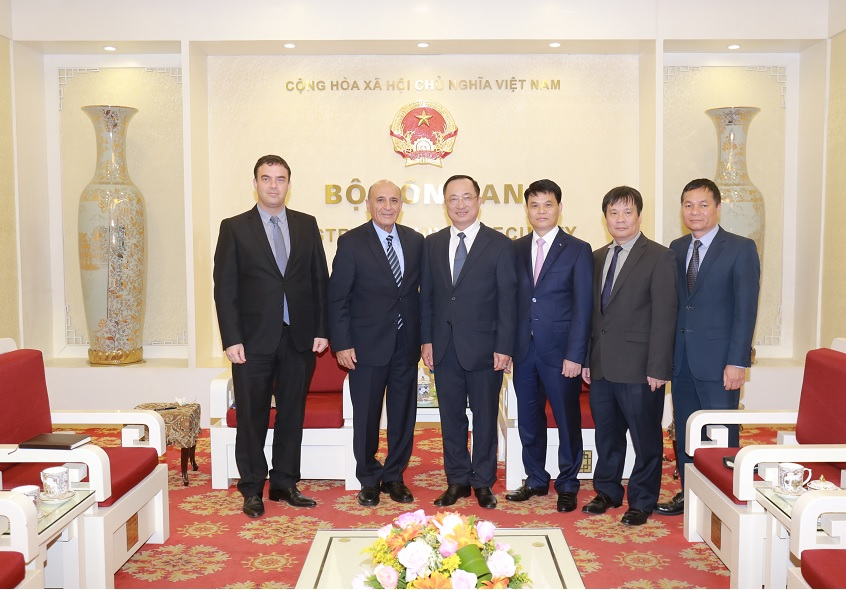Deputy Minister Nguyen Van Thanh, Mr. Shaul Mofaz and the delegates.